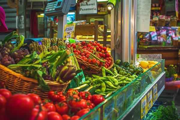 野菜が並ぶ市場